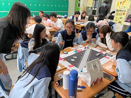 中原大学与桃园大园高中合作,让学生透过学习型桌游教材认识历史。