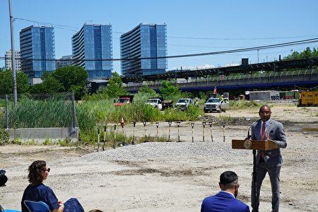 皇后区威力点(Willets Point)多年来荒芜,目前启动开发,需要先进行环境清理。图为启动仪式。