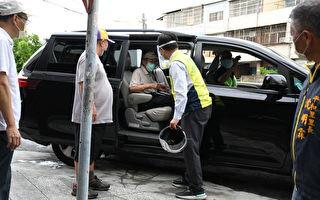 溫馨接送 彰化市長林世賢座車接送長者打疫苗