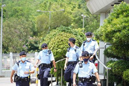 在《蘋果日報》大樓搜查的大量警察,17日下午開始撤走。