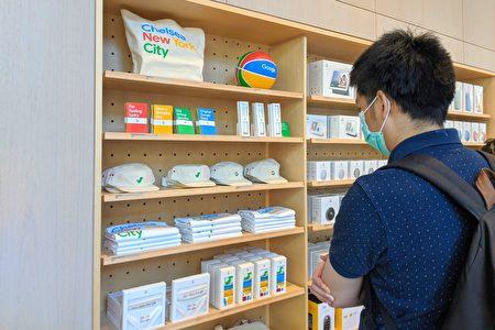 Google Store实体零售店陈设内许多谷歌品牌的生活用品,包括手提袋、篮球、笔记本和铅笔、帽子、衬衫等。