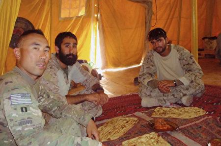 阿富汗戰爭中,黃伯聰(左一)與當地聘請的翻譯人員。