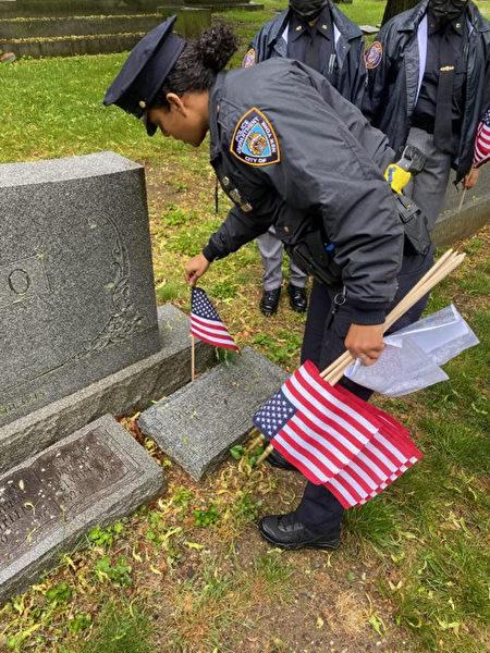 2021年陣亡將士節前,黃伯聰與其他軍人前往紐約市布朗士伍德勞恩公墓,在陣亡將士墓前放上一面美國國旗。
