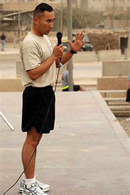 黃伯聰在伊拉克巴格達駐軍時,也不忘警察身分,在當地舉辦國際警察節5公里路跑活動。