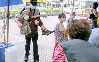 主秘抱阿嬤打疫苗 公主抱成為台灣一股暖流