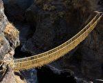 500年草绳桥坍塌 秘鲁人以传统编织技艺重建