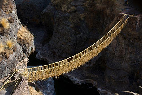 500年草繩橋坍塌 祕魯人以傳統編織技藝重建