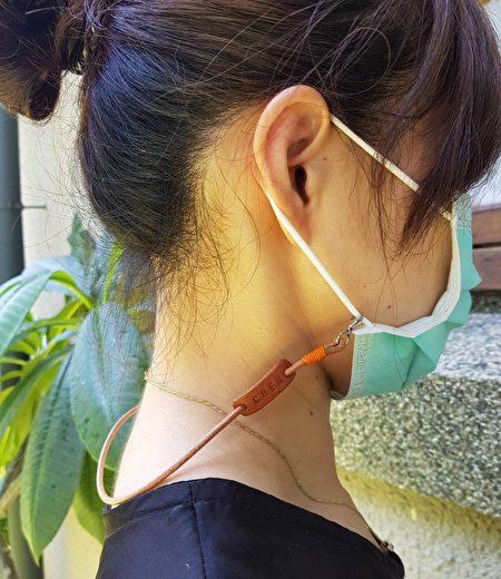 本革工坊L.I.S设计的防疫小物手工皮革口罩挂绳。