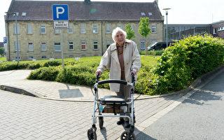 为贫穷儿童募款 德97岁老人每天步行3.7公里