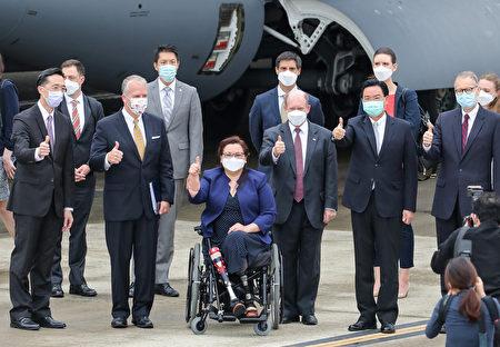 美參議員訪團6日上午搭乘專機訪問臺灣,外交部長吳釗燮(前右二)前往接機,與訪團成員合影留念。
