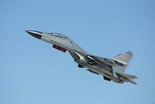 2015 年 9 月 12 日,中共空军仿制Su-27的 J-11B 战斗机在长春航展上。(STR/AFP via Getty Images)