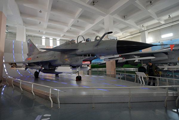 2013 年 12 月 4 日,在北京军事博物馆展出的中共自行开发的歼-10 战斗机。(Mark Ralston/AFP via Getty Images)