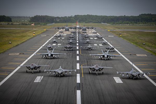 """图200622-F-SA178-9013 2020 年 6 月 22 日,美军的各型战机与日本航空自卫队的F-35A战机在日本三泽空军基地展示""""大象漫步""""。(美国空军)"""