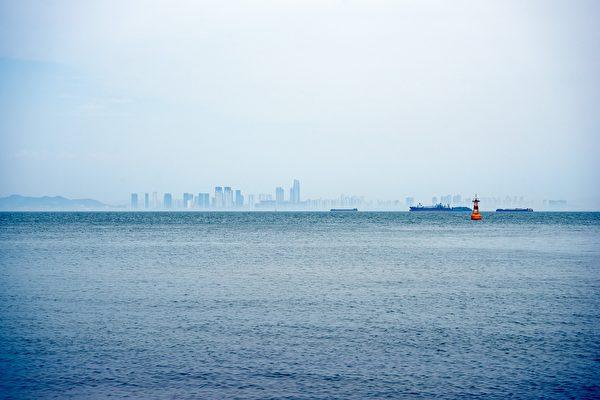 """英国外海出现""""漂浮的城市"""" 神秘感十足"""
