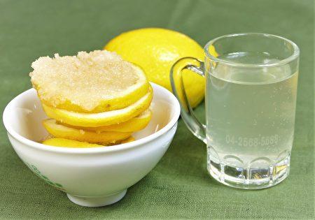 切薄片的檸檬片與蜂蜜或砂糖,層層堆疊在玻璃罐中,入冰箱冷藏數日,即成糖漬蜂蜜檸檬水,可兌氣泡水飲用。