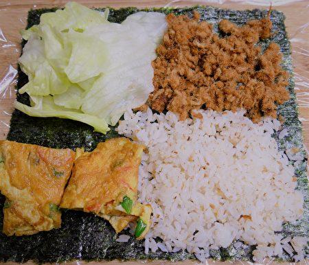 摺疊飯糰,將四種食材以四宮格放人。