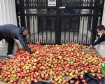 抗議打壓新聞自由 上千「蘋果」倒倫敦中使館外