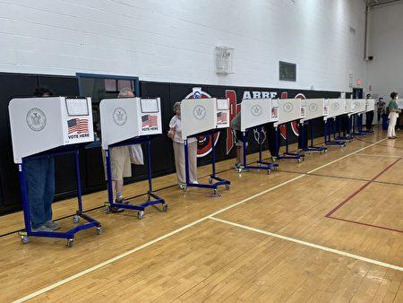 选民在法拉盛提前投票站内投票。