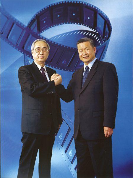 旺宏吳敏求董事長(右)緬懷前董事長胡定華博士(左)為台灣的貢獻與風範,捐贈陽明交通大學設立「胡定華講座」(歷史資料照片)。