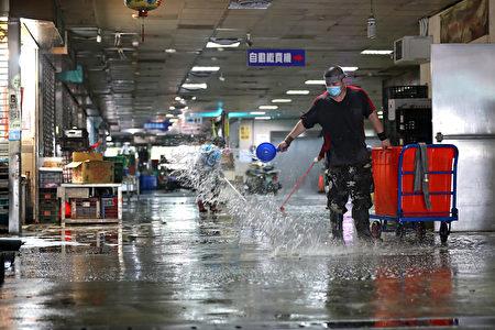 图为第二果菜批发市场21日休市,安排清洁人员进行清消。