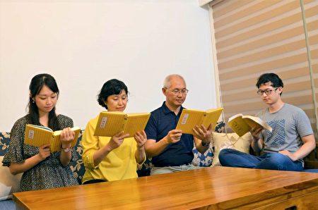 楊秋南和張竹嫻帶領兒女一同研讀《轉法輪》。