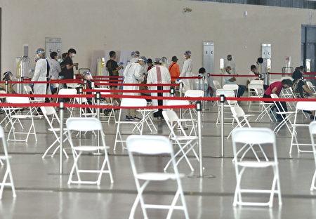 21日高雄展览馆接种站显得冷清,仅有零星长辈前往打疫苗。