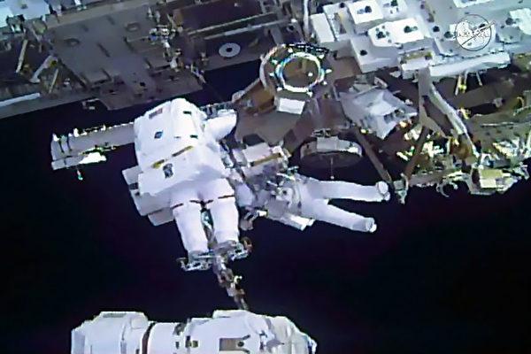 美歐宇航員太空行走 為太空站安裝太陽能板