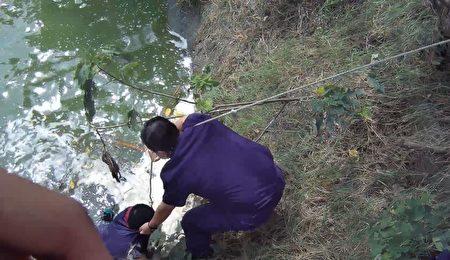 出門購物許久未返家,鷹眼警跳入埤塘緊急救援。