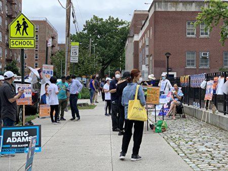 6月22日初选日 ,在法拉盛第20小学投票站外非常热闹,各参选人及他们的助选团队最后冲刺拉票。