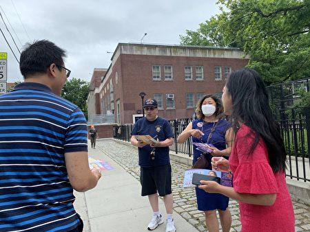 国会议员孟昭文(右二)在法拉盛第20小学投票站外,为参选人黄敏仪(右一)拉票。