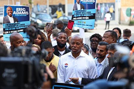 圖為紐約市長參選人亞當斯在6月22日舉行記者會。