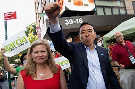 圖為紐約市長參選人楊安澤和賈西亞21日在法拉盛向華人選民拉票。