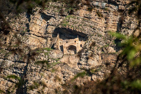 """亚塞拜然的""""仙女城堡""""在峭壁上 来源成谜"""