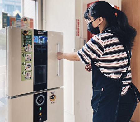 台中市圖書館將書籍利用紫外線殺菌機進行消毒後,再裝入紙箱寄出,讓民眾宅在家就能享受閱讀。