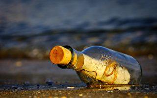 美国女子发现百年瓶中信 交还给主人的女儿