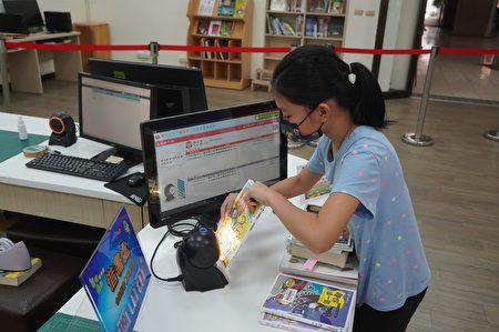 操作自助借還書系統。