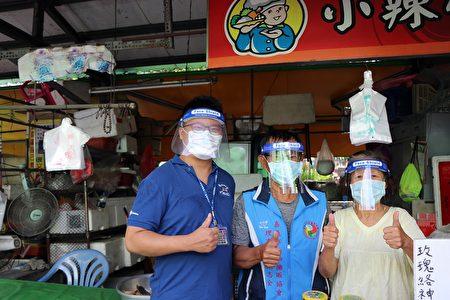 建设处长田长沛代表市长黄敏惠,转赠嘉义市嘉邑行善团捐赠的部分防护面罩,预计有1358个面罩给4个公有市场及3个设摊区路段摊商使用。