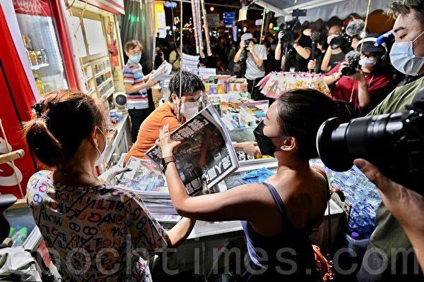 市民深夜到旺角报摊准备购买最后一份苹果日报