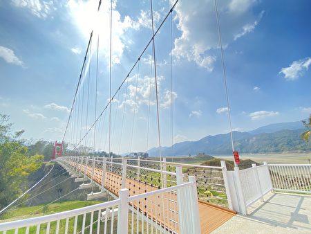 圖為位於嘉義縣大埔鄉曾文水庫區的情人公園同心吊橋。