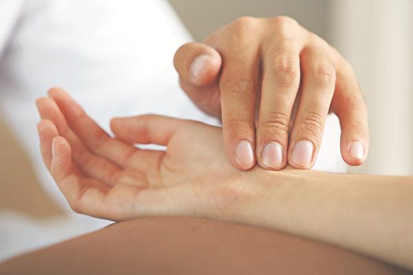 可随时用手指测脉搏,一分钟介于50至100之下都能接受。(Shutterstock)