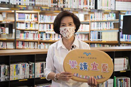 宜兰县长林姿妙视察文化局图书馆归还书籍的图书除菌作业流程。