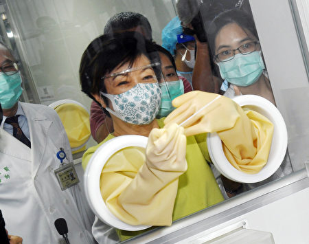 台积电慈善基金会董事长张淑芬(前中)出席台大医院零接触防疫采检站与医疗物资包捐赠仪式。