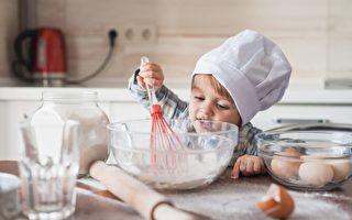 两岁孩子就能学做饭 提高四肢协调力
