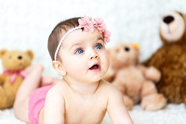首次开口说话竟向妈求救 女婴救了自己一命