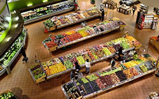 英国超市员工帮失明老翁购物 再陪他走回家