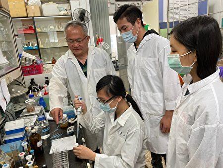 弘光科技大學食科系學生,在老師指導下研究薑黃。