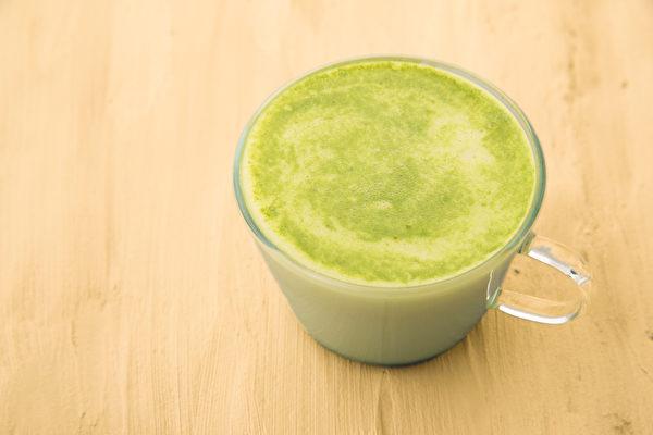 早上来杯地瓜叶牛奶,可让肠道蠕动、助排便顺畅。(Shutterstock)