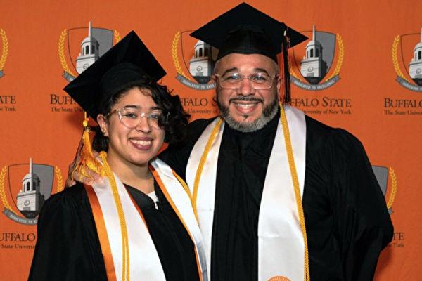相互支持 美41岁父亲和女儿一同大学毕业