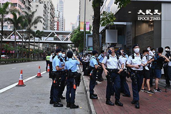 """7月1日,香港社民连4名成员按往年惯例举行游行,促请当局释放所有""""政治犯""""。图为7月1日清早,香港家庭计划指导会就有不少警力警戒。(宋碧龙/大纪元)"""