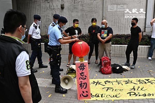 """7月1日,香港社民连4名成员按往年惯例举行游行,促请当局释放所有""""政治犯""""。图为7月1日清早,香港家庭计划指导会警方搜查这4名成员物品等。(宋碧龙/大纪元)"""